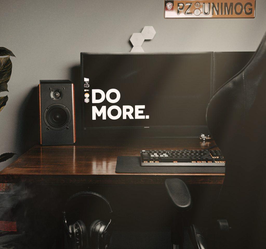 Bureau avec un desktop qui indique d'être productif et de trouver des outils comptables pour t'aider..